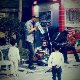 گروه موسیقی خیابانی پرانتز و روجا در زمان های موازی به اجرای موسیقی خود خواهند پرداخت