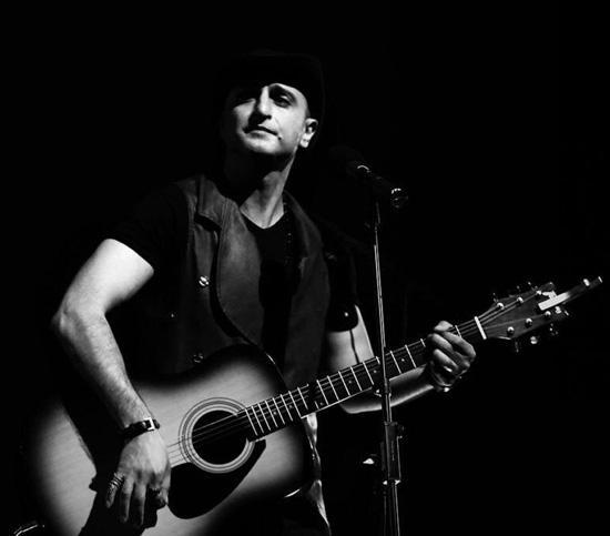 بیوگرافی هومن اژدری , (متولد 16 بهمن 1356 در تهران) خوانندهی راک و کانتری به زبان فارسی و انگلیسی، سانگرایتر، آهنگساز، نوازندهی گیتار، بیس و کیبورد است.